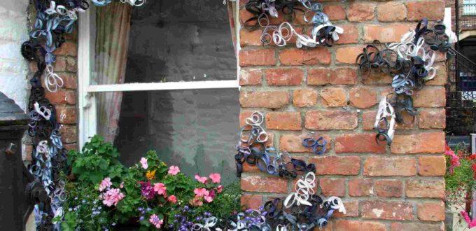 Ventana decorada con cremalleras